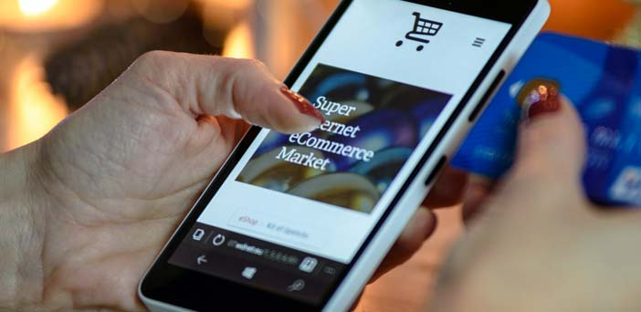 mujer comprando en tienda online