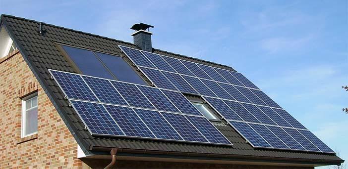 tejada de casa autosufiente con paneles solares