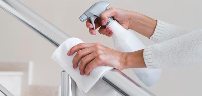 limpiando una barandilla pra desinfectar por medidas coronavirus