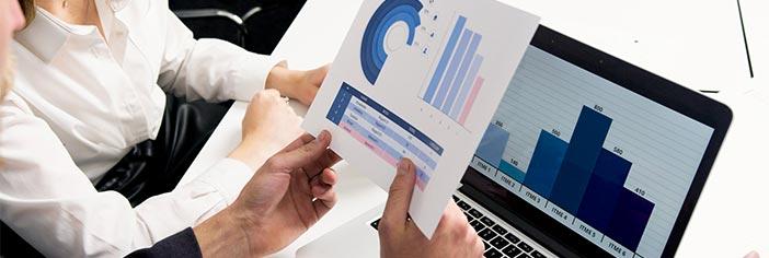 ejecutivos viendo grafica de posicionamiento en mercados