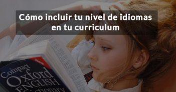 Chica con diccionario y texto Incluir idiomas en curriculum