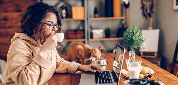 chica trabajando en casa