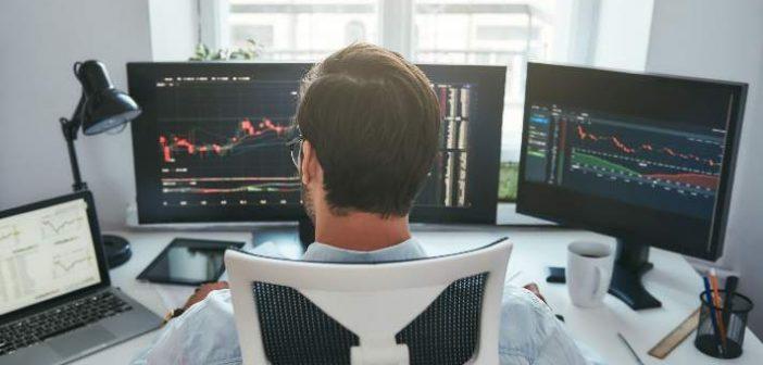 Hombre invirtiendo plataformas de inversion BIG