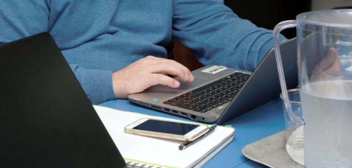 hombre con portátil formándose online